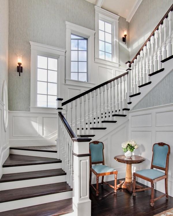 Большое окно на лестнице в частном доме