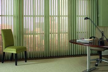 Окно в рабочем кабинете: жалюзи или шторы