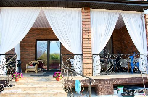 Какие шторы повесить на веранду в частном доме?