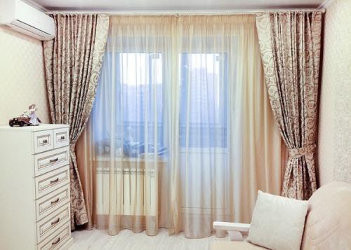 Варианты оформления окна с дверью, выходящей на балкон