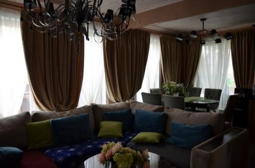 Легко, светло, по-летнему: новый дизайн штор для Розы Сябитовой