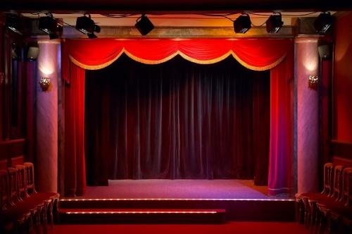 Театр начинается с вешалки, а заканчивается занавесом