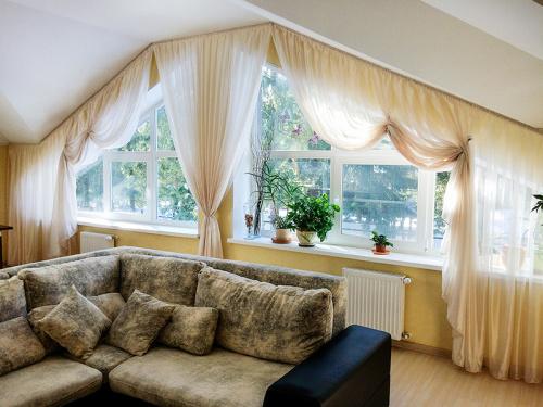 Какие шторы сейчас в моде для гостиной