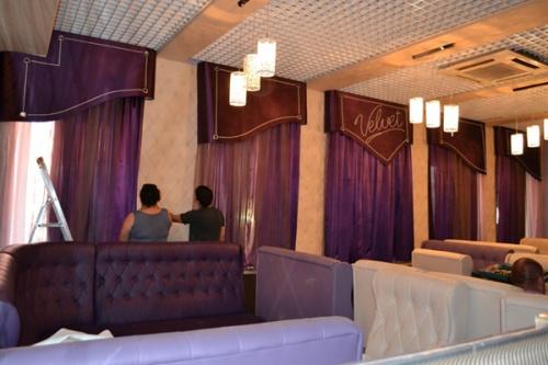 Кейс: декорирование окон в кафе Velvet