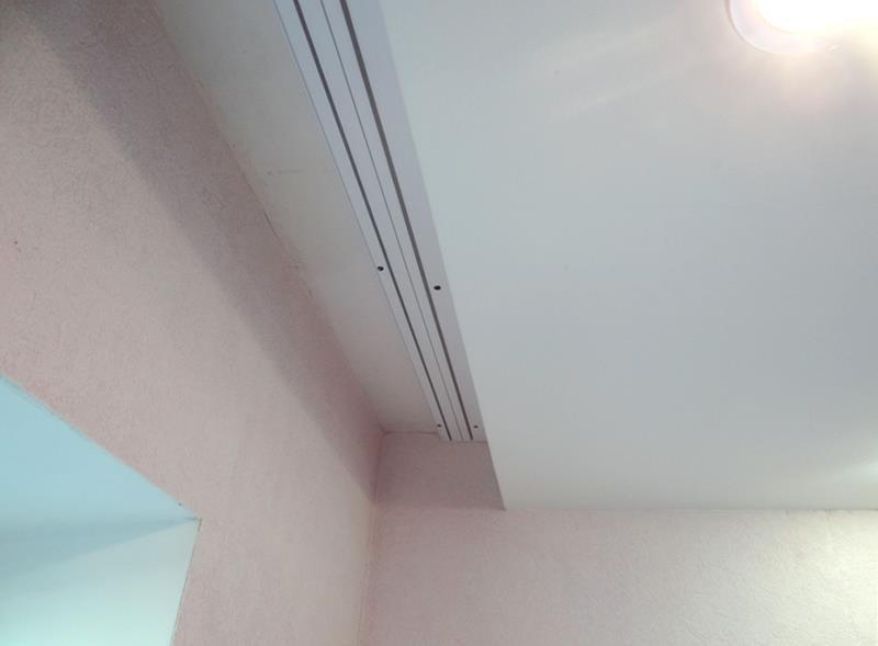 Покупать потолочные карнизы следует до выполнения замера комнаты для монтажа натяжного потолка